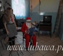 """Gimnazjalny Mikołaj obdarował dzieci z """"Markotu"""" słodyczami"""