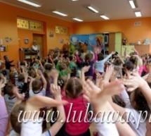 Krasnal Łakomczuszek przestrzegał dzieci przed objadaniem się słodyczami