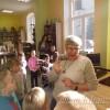 Bibliotekę odwiedziły małe Krasnale